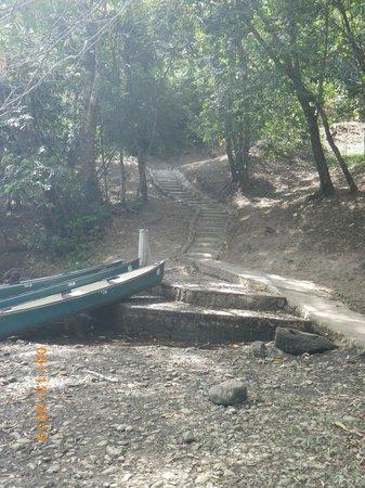 Table Rock Jungle Lodge: canoe beach