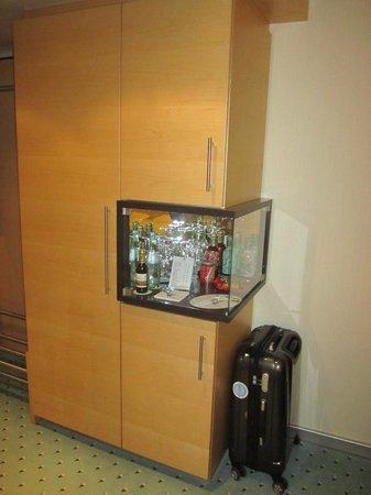 Bar und Schrank im Zimmer - Picture of Maritim Hotel Dusseldorf ...