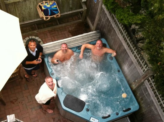 Revere Guest House: Hot tubbing