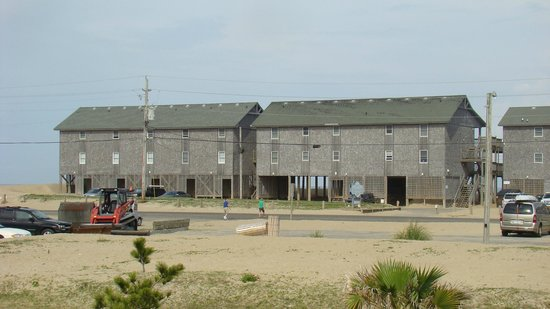 Cape Hatteras Motel: View of motel from the road
