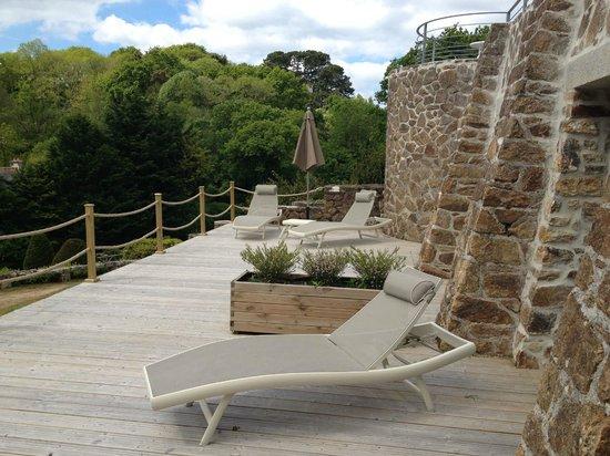 Manoir Dalmore: la terrasse des chambres du bas. Accès direct au jardin