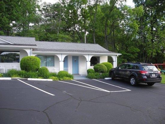 Carolina Motel: Park at the Door