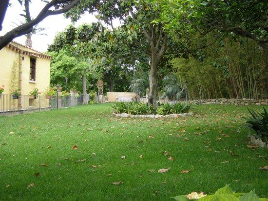 Villa Pilati: Giardino intorno
