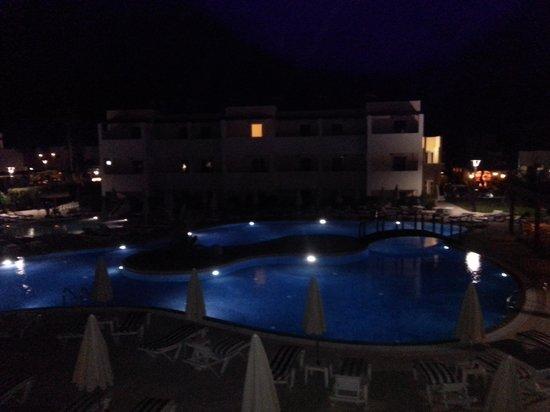 Matina Pefkos Aparthotel: view of the pool at night