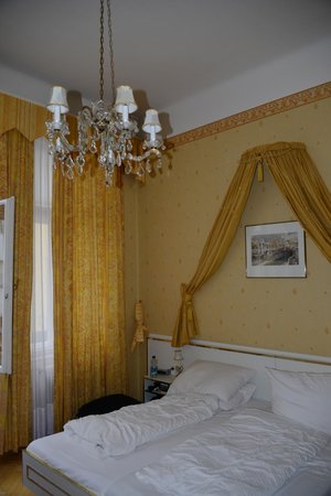 Hotel Zur Wiener Staatsoper: Our princess bed...
