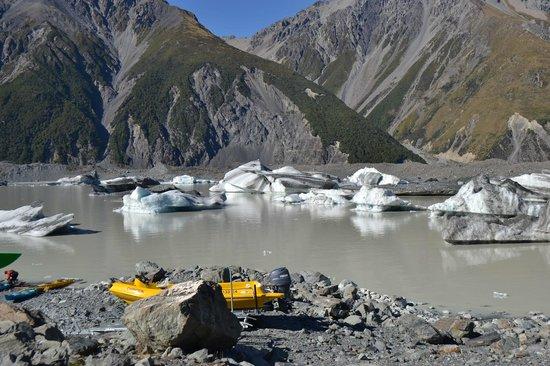 Southern Alps Guiding : Tasman Glacier Lake - after kayaking