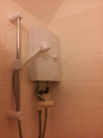 Sunnydale Hotel Blackpool: shower