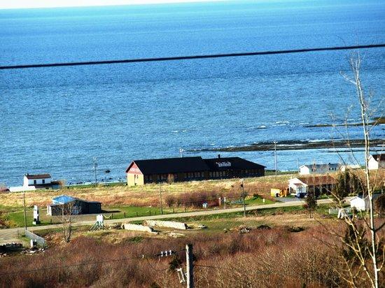 Auberge Internationale Ste-Anne-Des-Monts : La Vieille École et la vue mer