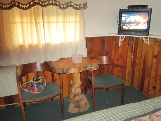 Pioneer Motel: wonderful wood table & cahirs