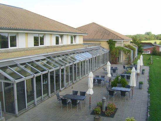 Best Western Plus Hotel Fredericia: Patio behind the restaurant
