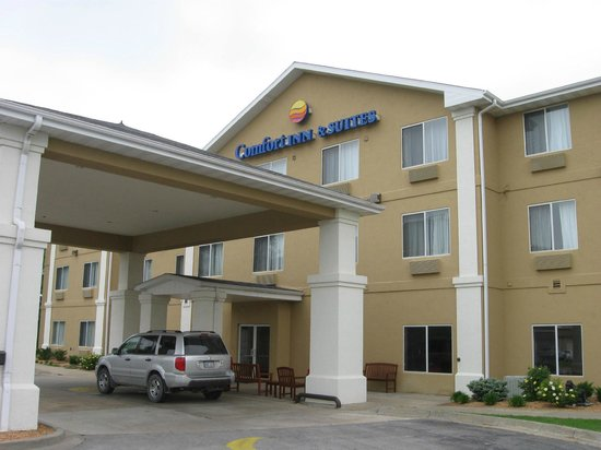 Comfort Inn & Suites: Front of the motel