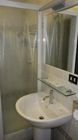 Galles Hotel : half person shower