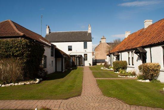 The Inn at Lathones: Sunshine courtyard