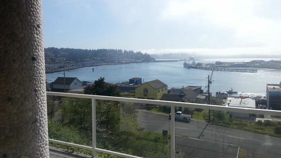 The Lightkeeper's Inn Bed & Breakfast: View of Yaquina Bay, Newport Oregon from room