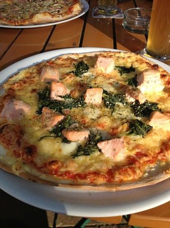Kurpfälzisches Museum: Salmon and spinach pizza