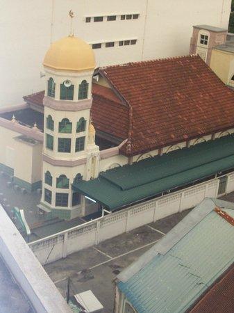 Oriental Hotel: Mosque behind Oriental (Note the speaker)