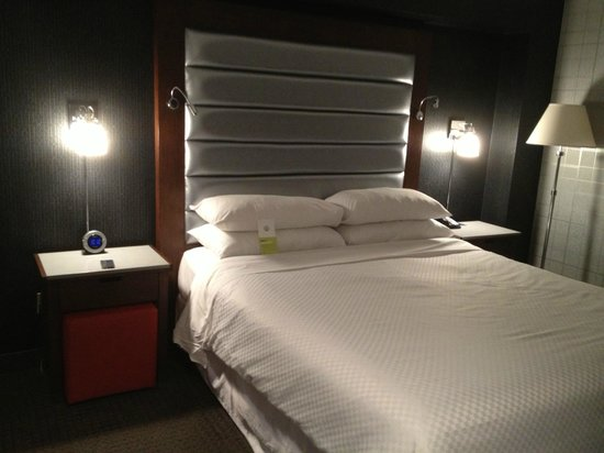 Four Points by Sheraton Manhattan Chelsea: Bedding and End Tables/Lights
