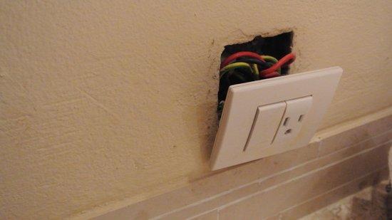 Iberostar Rose Hall Beach Hotel: Plug-in in bathroom