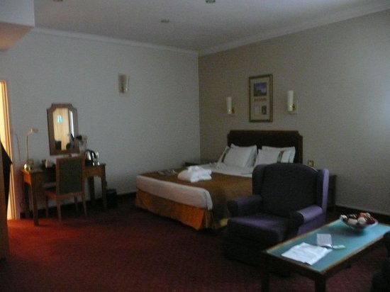 Holiday Inn Corby: View of room when entering. Very spacious