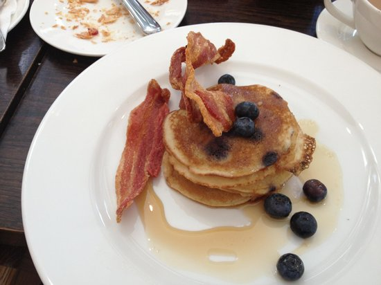 The Botanist : blueberry pancakes with crispy bacon and maple syrup