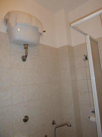 Vatican - Bed & Breadfast: une 2è douche au dessus des WC grace à la serviette!