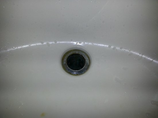 Red Roof Inn Wilmington : no stopper in the dirty sink.
