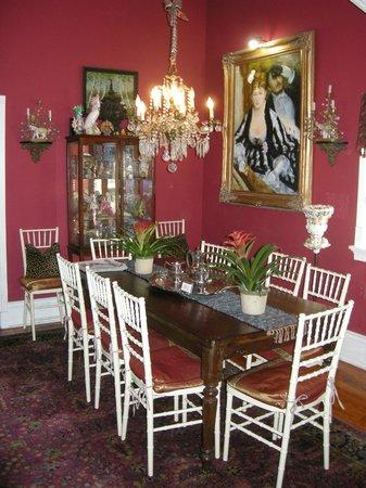Maison de Lagniappe: The regal dining room