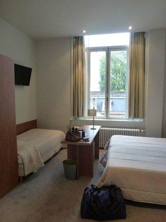 Hotel du Congres: Room 119 - desk in front of window