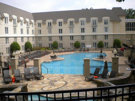 Chateau Elan Winery And Resort: Pool area and center of hotel