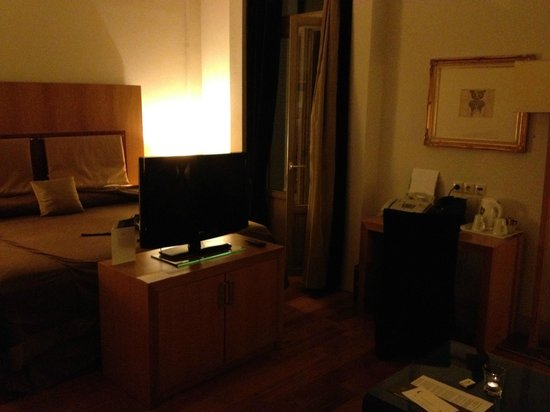 GDM Megaron Hotel: Television and business facilities in room