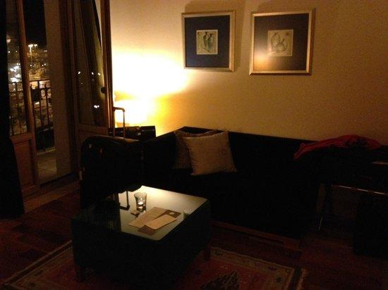 GDM Megaron Hotel: Sitting area in room