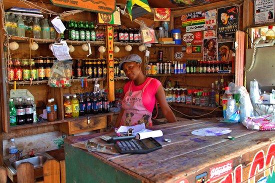 Tamara, the friendly store keeper and hostess - Foto de 3