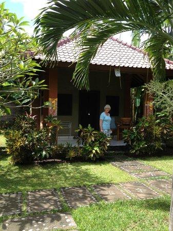 Suka Sari Cottages & Warung: Frontside cottage