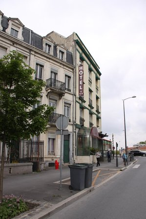 Hotel Porte Mars exterior on the right