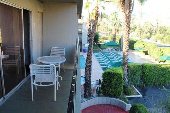 Royal Sun Inn: La terrasse et la piscine