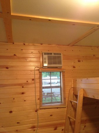 Sandusky KOA campground: Inside cabin ( a/c and bunks )