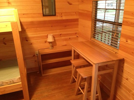 Sandusky KOA campground: Inside cabin ( lamp and table with chairs )