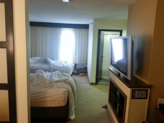 Hyatt Place Colorado Springs : View from sitting room towards beds & bathroom