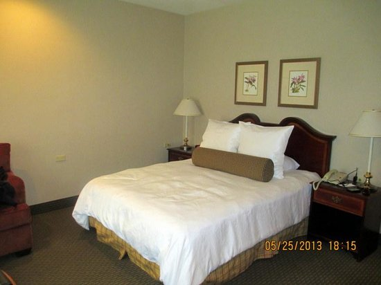 Empress Hotel: comfy bed in room