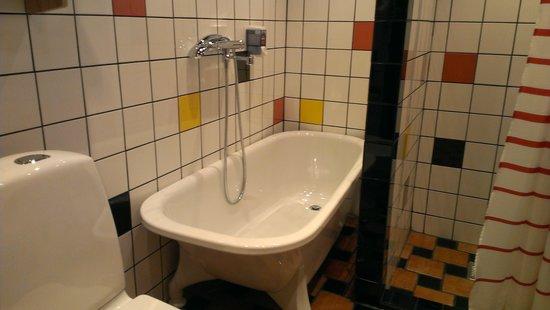 Hotell Havanna: Man bir glad av färgerna i badrummet