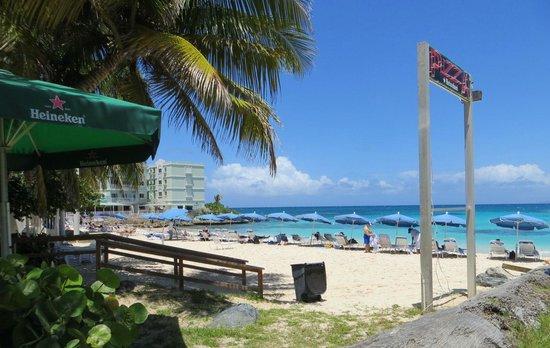 Mr. Busby's Beach Bar: Beach seen from the reatuarant.