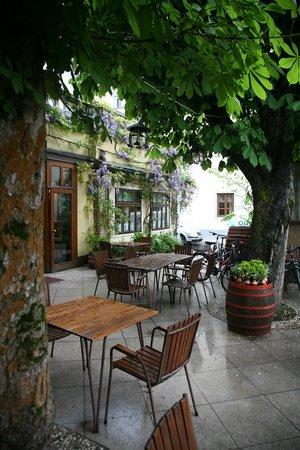 Gostilna Lectar: Mediterranean terrace at Lectar