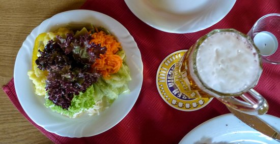 Bernstadt, Deutschland: Delicious Salad and refreshing beer