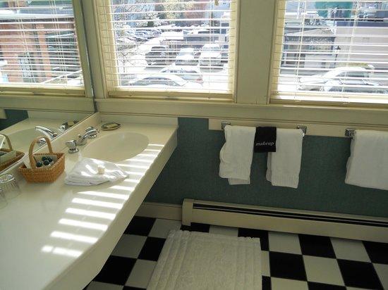 Steamboat Inn : Ariadne - bathroom (also had a big 2 person whirlpool tub)