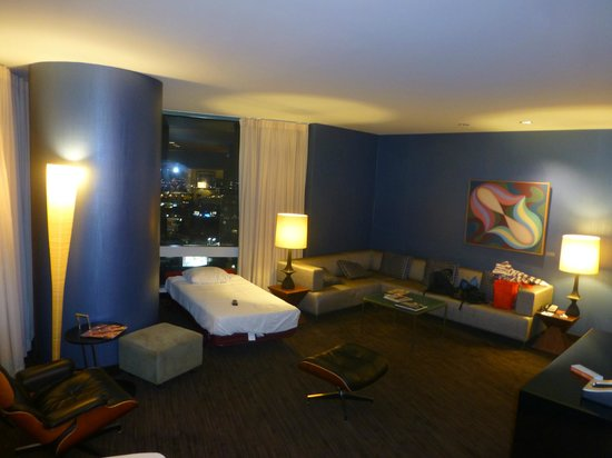 Loews Hollywood Hotel: Corner suite with sectional couch
