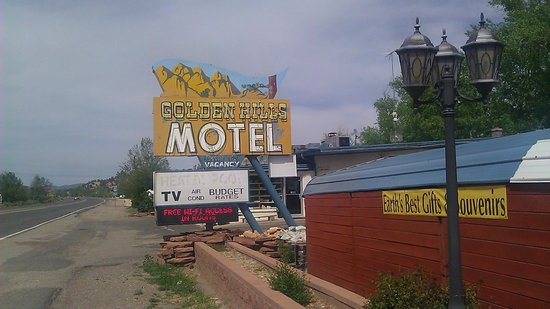Golden Hills Motel: Road sign for motel