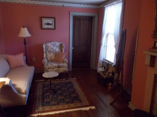 Jacob Rohrbach Inn: Clara Barton Sitting Room