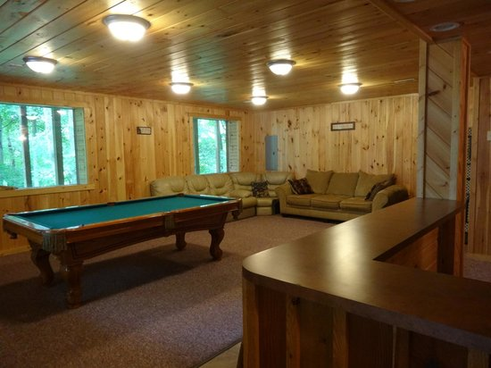 Hocking Hills Serenity Cabins: lower level lounge area
