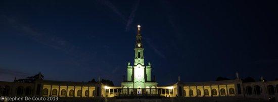 Hotel Estrela de Fatima : The Basilica at night