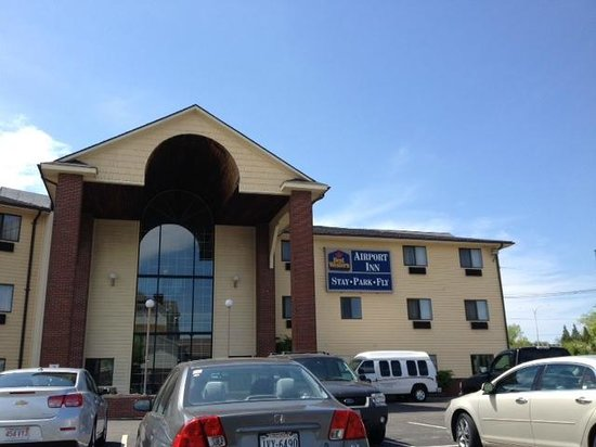 BEST WESTERN Airport Inn: Front of hotel